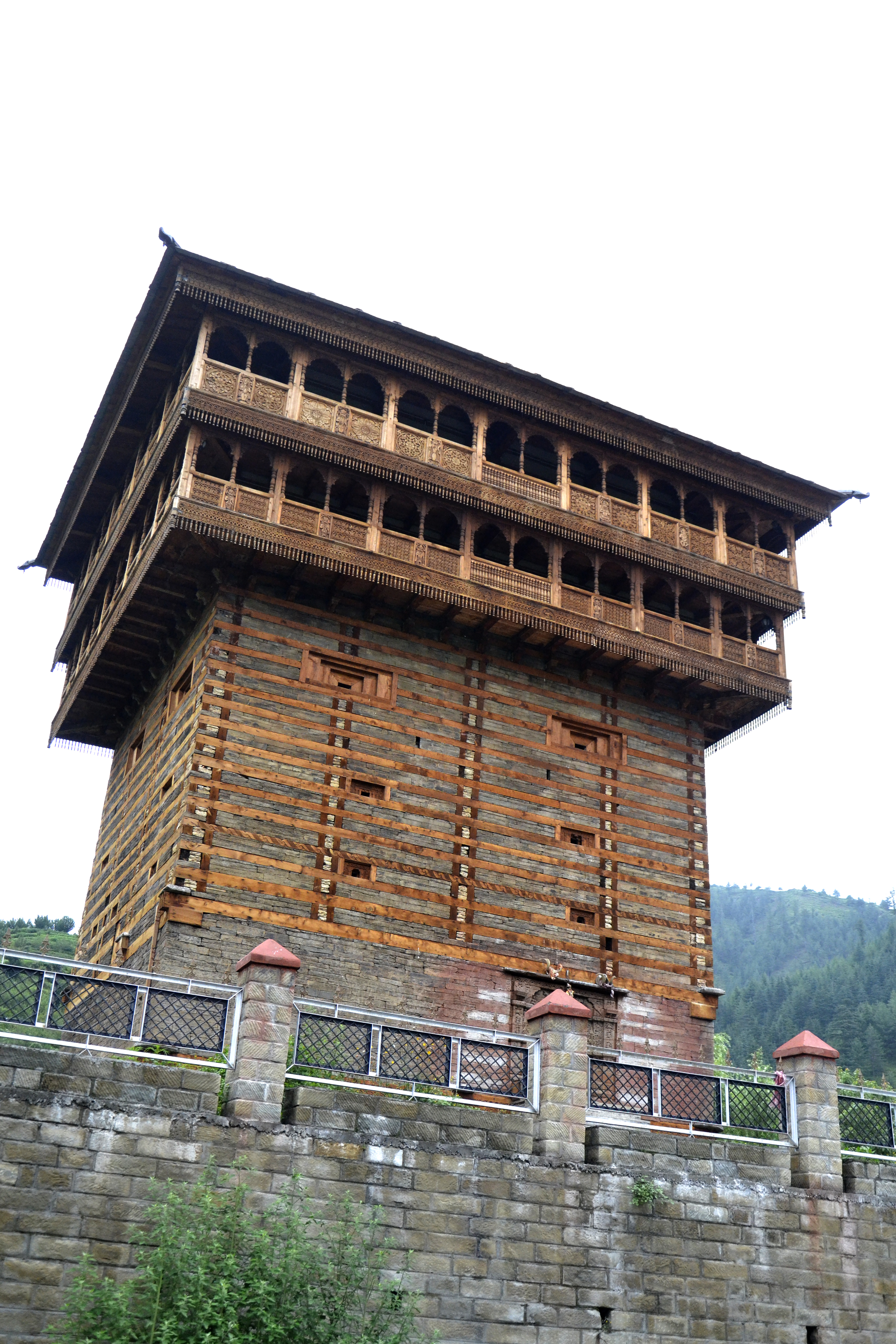 Projects of houses made of stone and wood: traditions and new technologies
