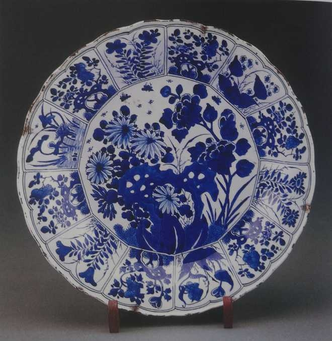 'Kraakware Plate' with chrysanthemums - Porcelain with under-glaze decoration - Late Ming Dynasty, China - 17th century_Sir Ratan Tata Collectio