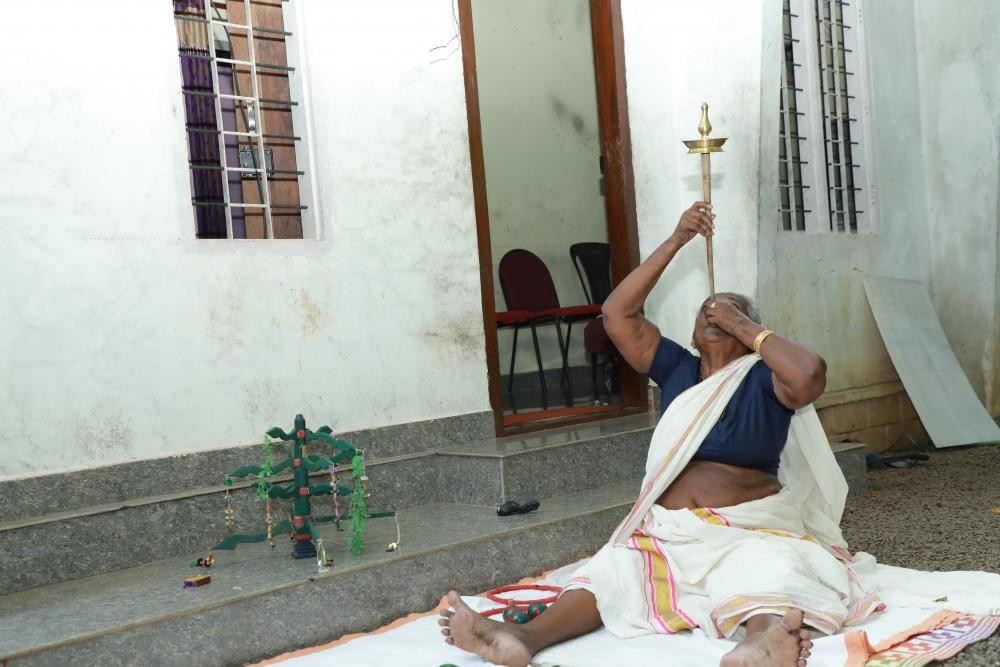 Fig. 5. നിലവിളക്ക് തെളിയിക്കൽ (ചിത്രം:ഗോകുല് കൃഷ്ണ)