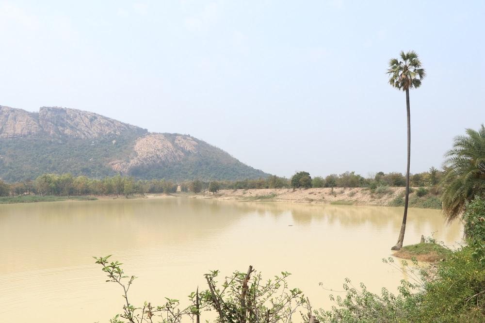 आमा तालाब के पीछे कबरा पहाड़
