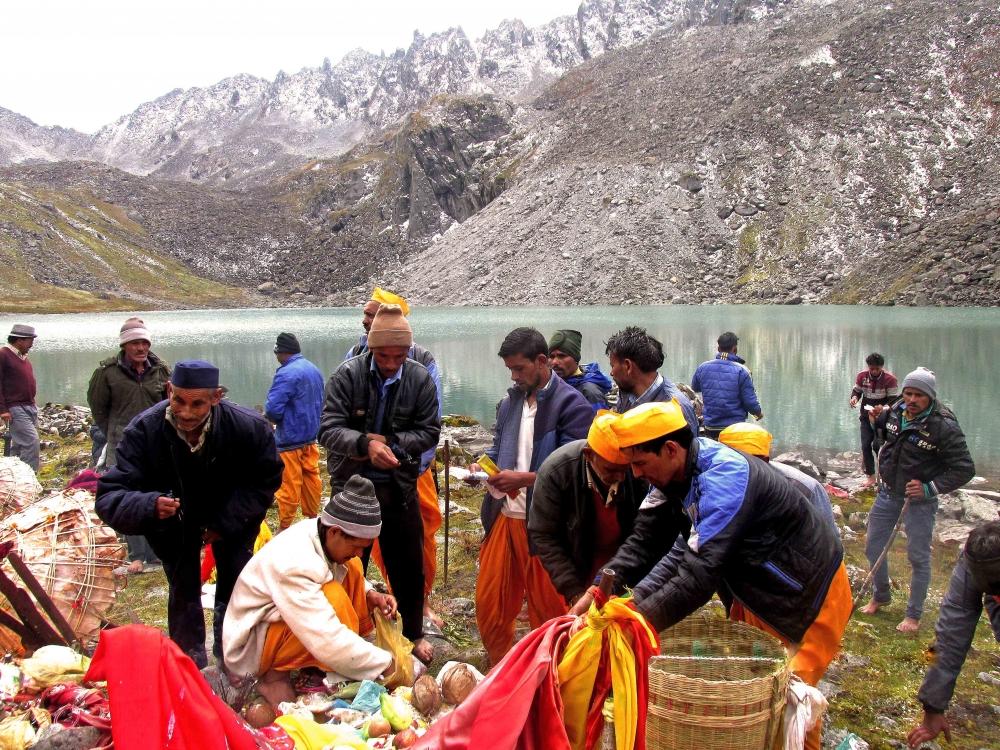 Fig.11.नंदीकुण्ड के समीप लोकपरंपराओं के अनुसार जात कार्यक्रम का आयोजन करता हुए यात्रा दल| सौजन्य:देवेंद्र नेगी एवं लक्ष्मण सिंह