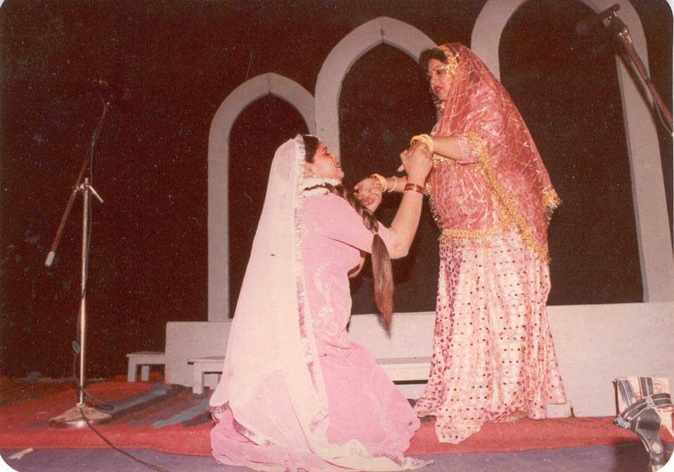 Fig.11:Madhu (kneeling) and Asha, in Teen Betiyan urf Dehleez ke Paar, directed by Tripurari Sharma, in 1997 (Courtesy: Deepti Priya Mehrotra)
