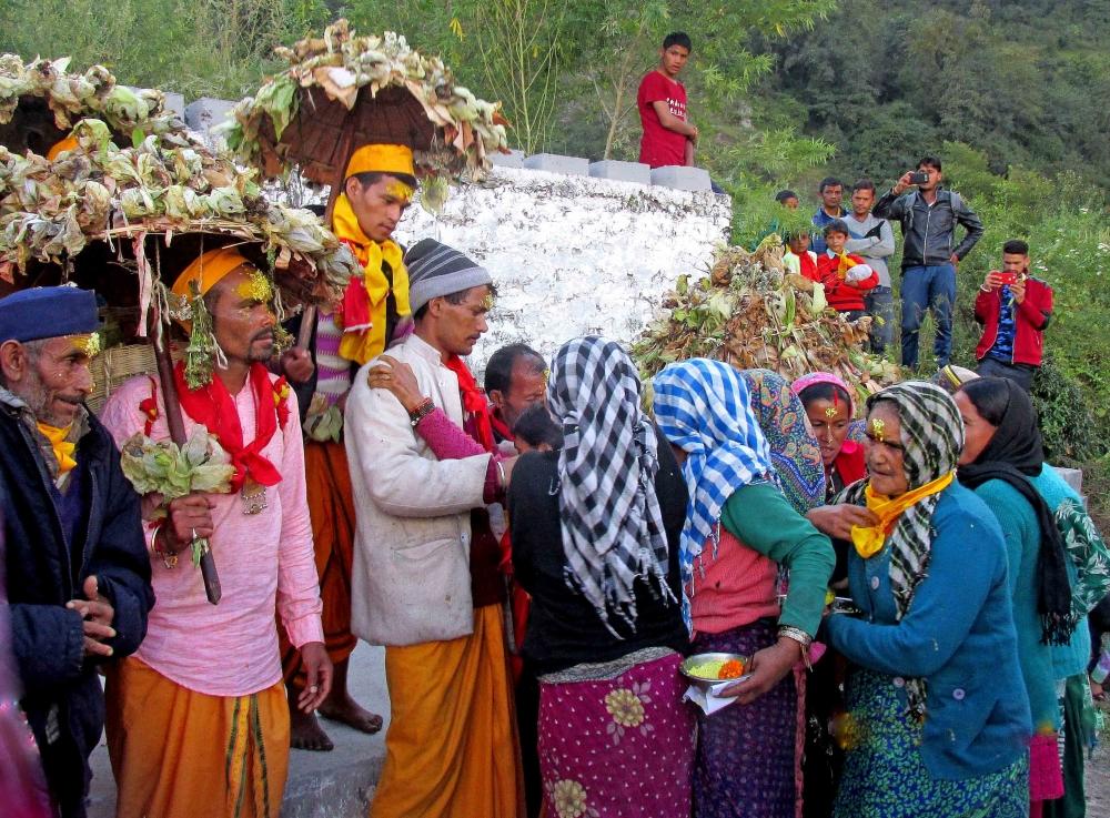 Fig.14.भावुक ग्रामीण महिलाएँ यात्रा दल का स्वागत करती हुईं| सौजन्य:देवेंद्र नेगी एवं लक्ष्मण सिंह