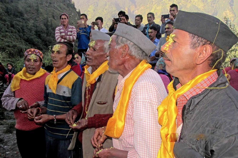 Fig.15. गाँव में मंदिर प्रवेश से पूर्व यात्रा दल का स्वागत करते हुए स्थानीय जागर गायक| सौजन्य:देवेंद्र नेगी एवं लक्ष्मण सिंह