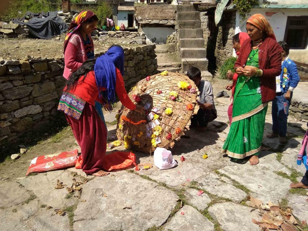 Fig.1.नन्दा के प्रतीक छंतोली को सजाती हुईं ग्रामीण महिलाएँ| सौजन्य:देवेंद्र नेगी एवं लक्ष्मण सिंह