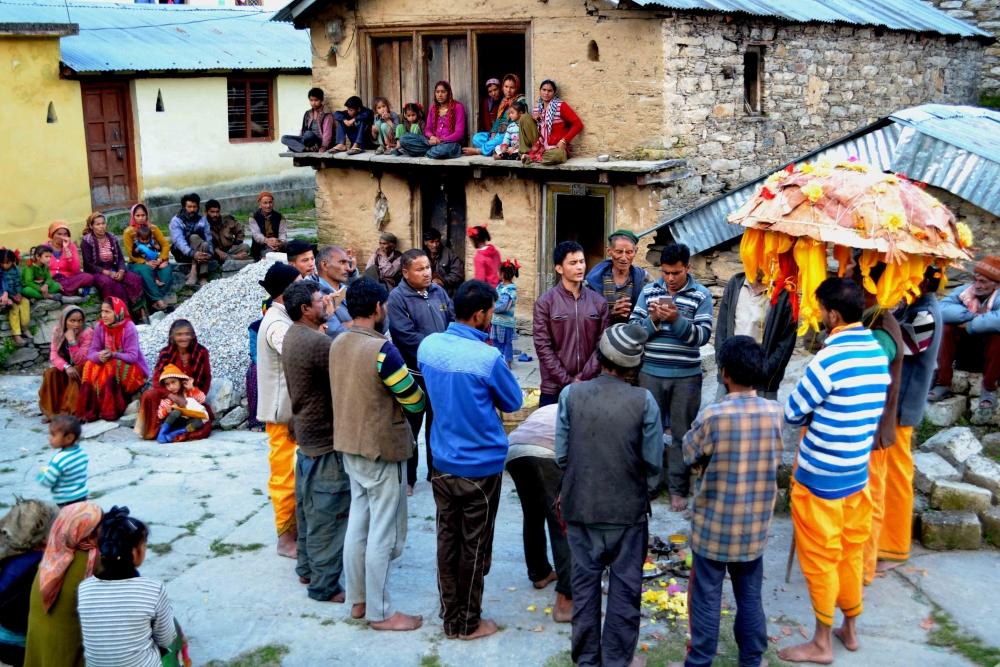 Fig.2.छंतोली तैयार होने के बाद ग्रामीणों द्वारा जागर गायन| सौजन्य:देवेंद्र नेगी एवं लक्ष्मण सिंह