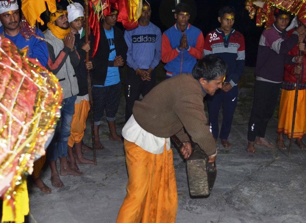 Fig.3.शक्ति प्रदर्शन करते हुए लोकदेवता वजीर जी का पश्वा| सौजन्य:देवेंद्र नेगी एवं लक्ष्मण सिंह