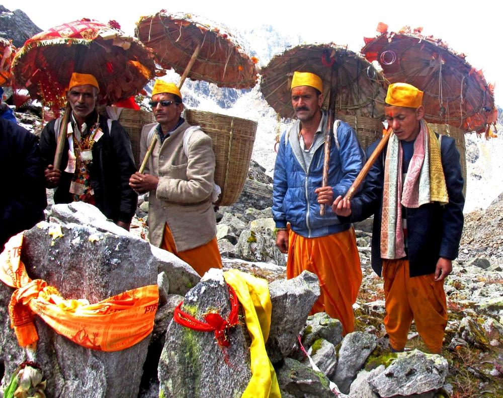 Fig.5.नन्दा जात यात्रा मार्ग में पड़ने वाले विशेष स्थान पर पूजा करता हुआ यात्रा दल| सौजन्य:देवेंद्र नेगी एवं लक्ष्मण सिंह