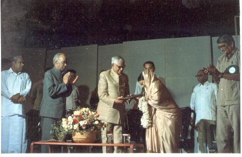 Fig.6:Gulab Bai receiving the Padmashree award in 1990, from then president R. Venkataraman. She also received the Sangeet Natak Akademi award in 1985 and Yash Bharti from the UP government in 1995 (Courtesy: Deepti Priya Mehrotra, Gulab Bai: The Queen of Nautanki Theatre, 221)
