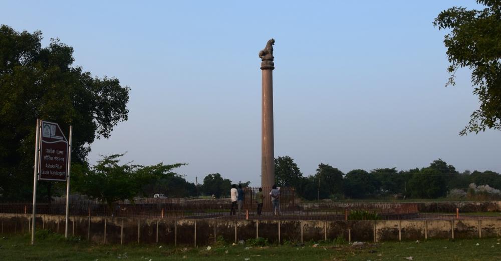 चित्र ६. पश्चिमी चम्पारण के लौरिया नंदन स्थित अशोक स्तंभ (फोटो:अफ़रोज़ आलम साहिल, अक्टूबर, 2019)