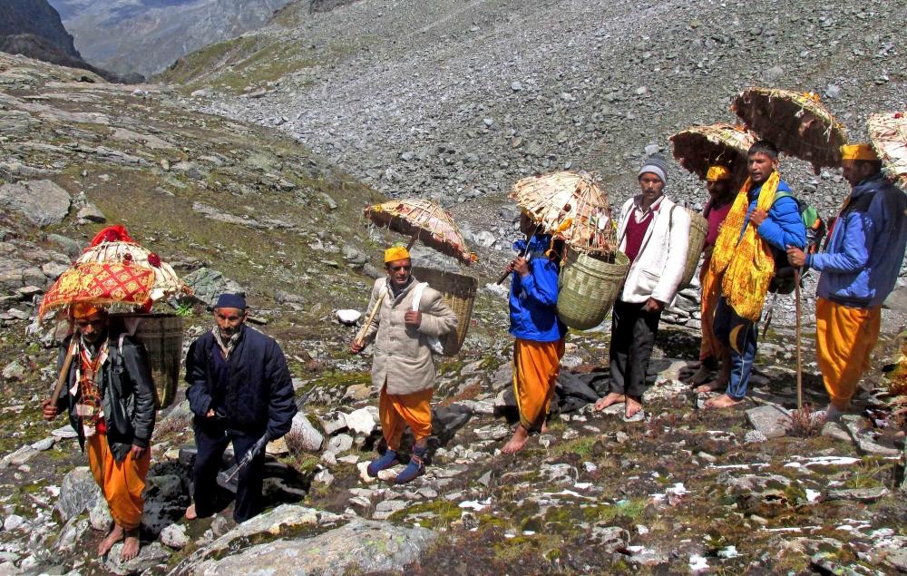 Fig.9.पथरीले मार्ग से गुजरता यात्रा दल| सौजन्य:देवेंद्र नेगी एवं लक्ष्मण सिंह