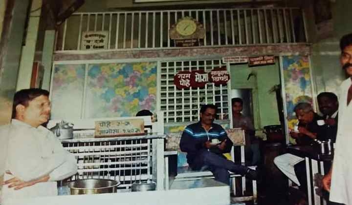Amruttulya1_Bharat Dave in his tea shop Nagnath Bhuvan, Sadashiv Peth