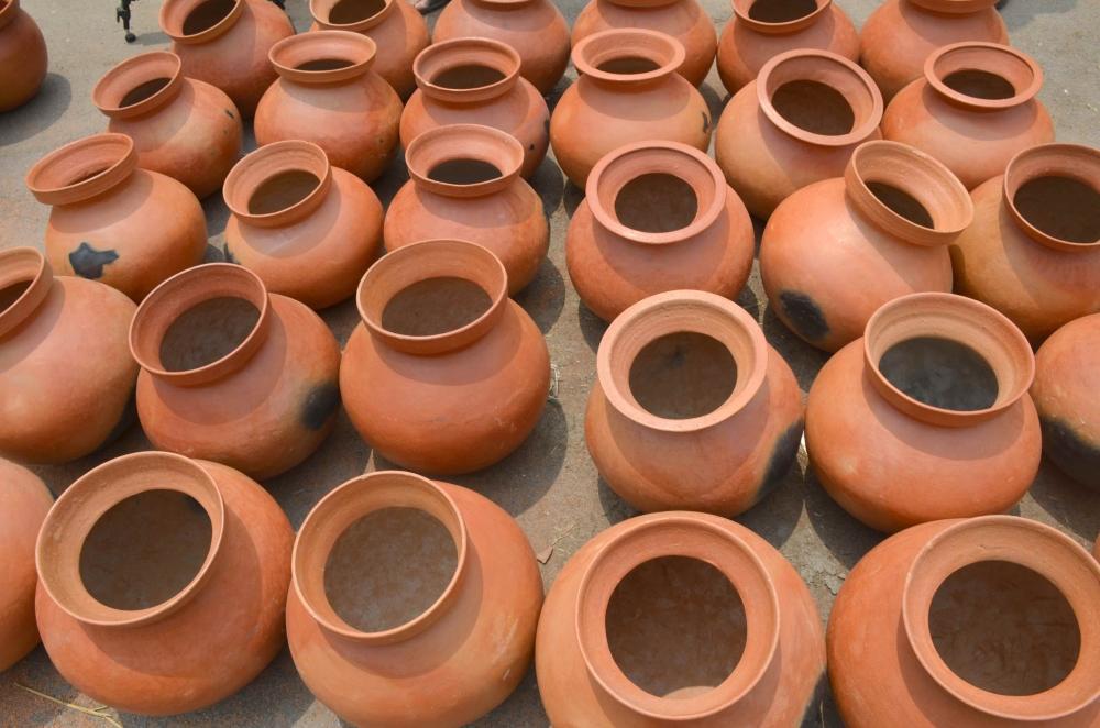 रायगढ़ के हाट बाजार में बिकते मिट्टी के बर्तन।
