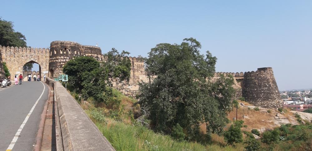 चित्र1: झाँसी के किले के स्थापत्य का व्यापक चित्रण वृन्दावनलाल वर्मा के उपन्यासझाँसी की रानी लक्ष्मीबाईमें देखने को मिलता है। यह चित्र इस किले के मुख्य द्वार का है।(फोटो:अमिता चतुर्वेदी,17 नवंबर 2019)