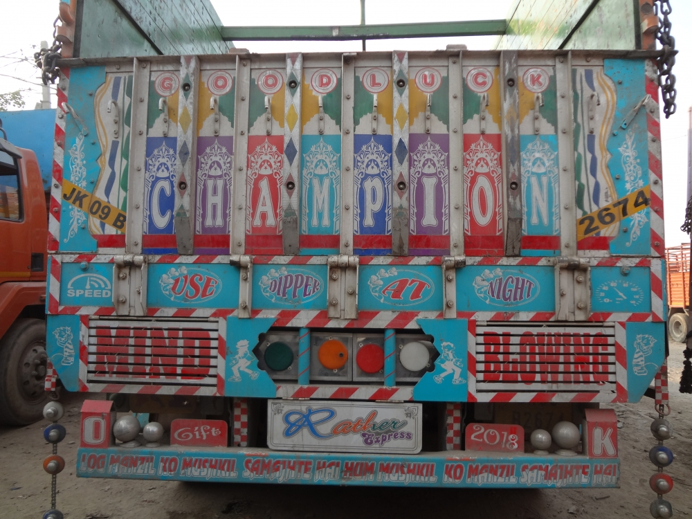 Fig. 2: A significant part of truck literature contains writings that represent the confidence of truck drivers as well as the philosophical underpinnings of their attitudes to life. The writing on the back of this truck says 'Log manjil ko mushkil samajhtey hai/ Hum muskil ko manjil samajhtey hai' (People think their destination is difficult/ I consider take difficulty as my destination)