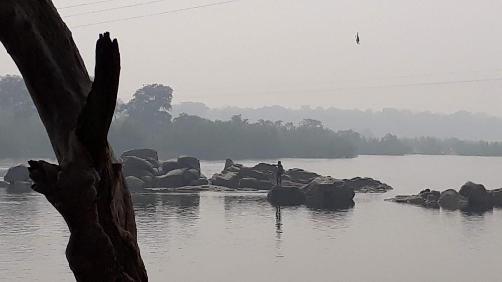 चित्र4: बुन्देलखण्ड की प्रमुख नदी बेतवा का उल्लेख वृन्दावनलाल वर्मा एवं मैत्रेयी पुष्पा के साहित्य में प्रमुखता से मिलता है। प्रस्तुत चित्र ओरछा स्थित बेतवा नदी के घाट से लिया गया है।(फोटो:अमिता चतुर्वेदी,16नवंबर 2019)