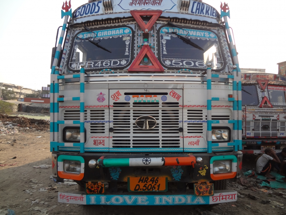 Fig. 5: In truck literature, love for the country and flirtation with a beloved can exist side-by-side like on the front part of this truck. A truck with the phrases 'I love India' and 'Hindustani chhamiya' (Indian item girl) written on its front