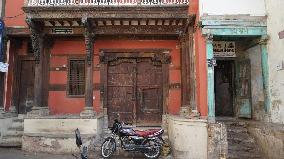 Fig. 4: Front facade of a house in Lakha Patel ni pol, Khadia, Ahmedabad. (Courtesy: Ashna Patel)