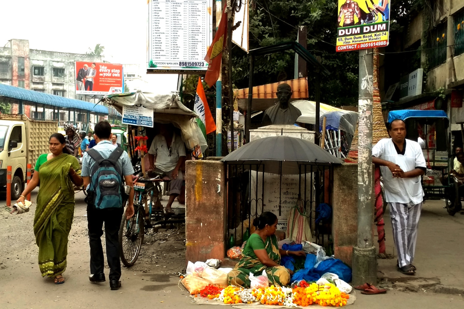 Fig. 5: Dumdum Road: The bust of Hemanta Basu, situated on a busy foot path, adjacent to the Dumdum Balaji Hanuman Temple. Courtesy: Anwesha Sengupta.