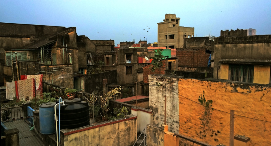Fig. 7: A typical Calcutta para, where the houses are closely built, with few gaps in between.Courtesy: Anwesha Sengupta.