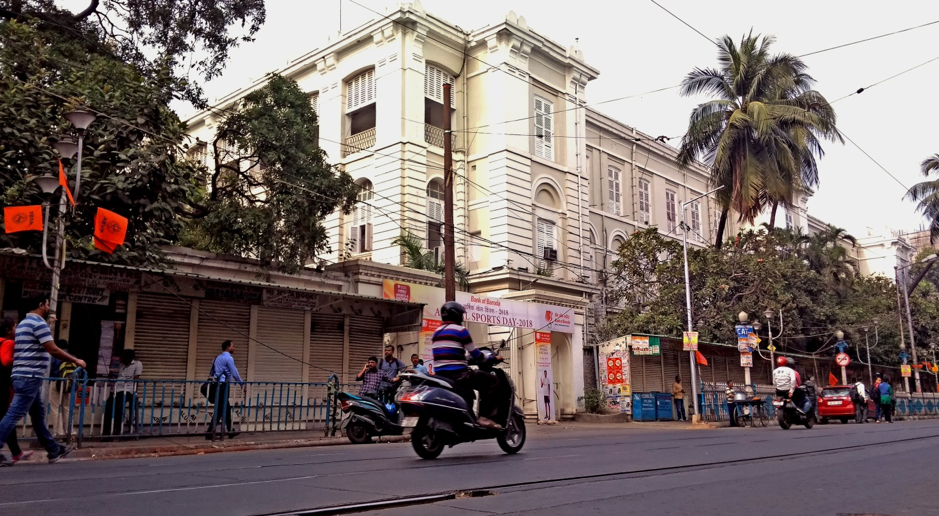 Fig. 9: The tramlines in front of the Presidency University (which used to be the Presidency College). Hindu School is situated diagonally opposite to the main entrance of Presidency. If one faces Presidency, Calcutta University would be on their left. Maulana Azad College, Goenka College, Sanskrit College (now Sanskrit University), Vidyasagar College and City College are all situated either right next to this tramline or in close proximity to this tramline.Courtesy: Anwesha Sengupta