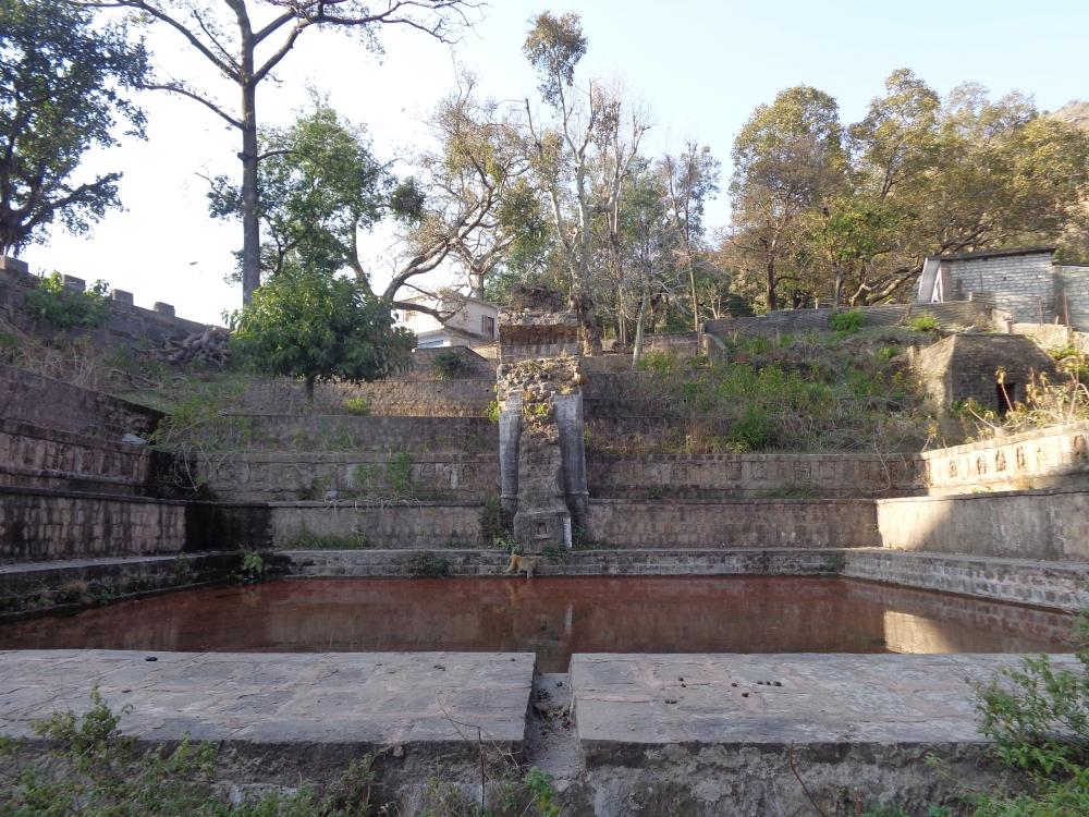 (चित्र–7प्रस्तुत चित्र उधमपुर के चढेयाई गाँव में स्थित सबसे भव्य बावली का है जोकि आज भग्नावस्था में है, चित्र सौजन्य– नरेन्द्र भारती, जनवरी२०२१)