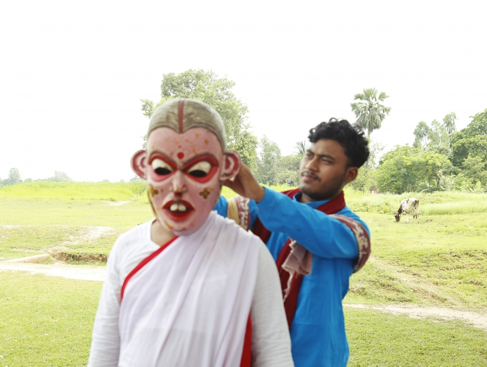 Fig. 3: Saral Sarkar getting ready for his performance as the lead female protagonist in the khon, Mayabondoki. Apart from female make-up accessories and attire, male performers who cross-dress as women characters also use wooden masks or mukha to make the characters more believable.