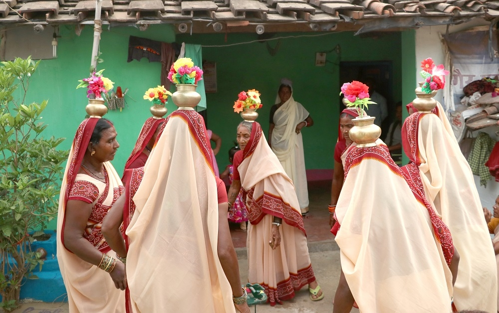 Women Performing the Sua Naach