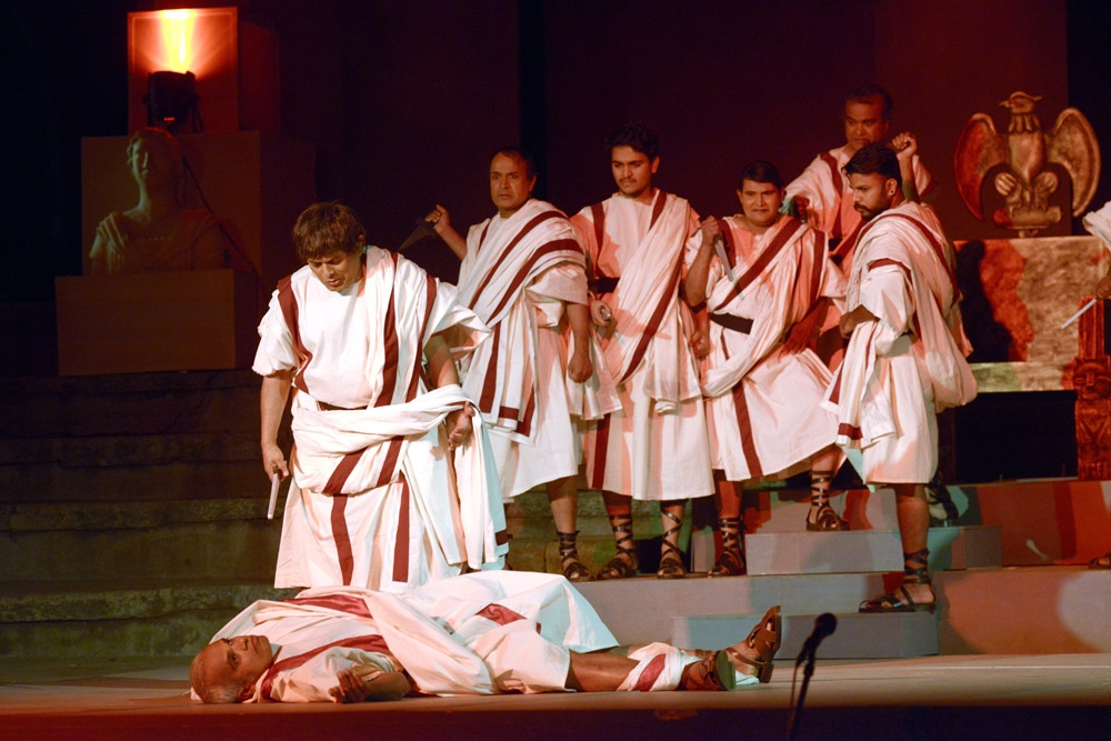 Fig. 9. Julius Caesar, directed by G.K. Govindarao. In an elaborate set, H.K. Dwarkanath converted the amphitheatre to the palace and streets of Rome, while the audience sat on the 'stage' (Courtesy: Rangayana)