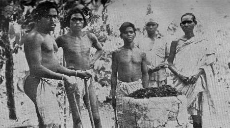 चित्र १. असुर लौह कलाकर्मी,नेतरहाट, 1963.फोटो स्रोत: के. के लेउबा की पुस्तक 'द असुर',नई दिल्ली: भारतीय आदिम जाति सेवक संघ, 1963 .