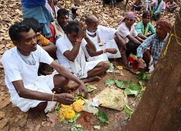 चित्र २. वर्तमान में असुर समुदाय(सरना धार्मिक स्थल पर सरहुल पूजा,गांव-जोभीपाट,नेतरहाट,झारखंड) फोटो- वन्दना टेटे, 17 मई,2019.