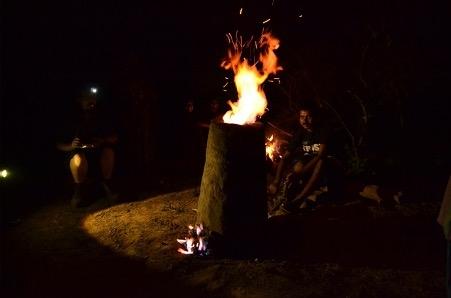 चित्र  2. लोहा गलाने के लिए जलाई गई भठ्ठी (फोटो: विजय गुप्ता, सखुआपानी, नेतरहाट, 21 जून 2013)