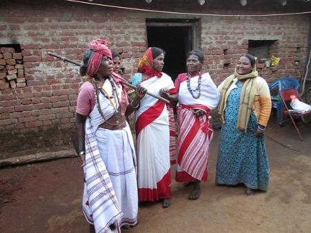 चित्र ३.सखुआपानी गांव,नेतरहाट की असुर औरतें पारंपरिक नृत्य के दौरान. फोटो: वंदना टेटे, 25 सितम्बर,2019.