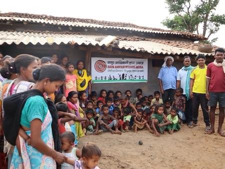 चित्र  3. असुर भाषा-संस्कृति और लौहकला ज्ञान को संरक्षित करने के लिए सामुदायिक संगठन 'असुर आदिवासी ज्ञान अखड़ा' की स्थापना (25 मई, 2019) के अवसर की तस्वीर (फोटो: वंदना टेटे, जोभीपाट, नेतरहाट, 25 मई 2019)