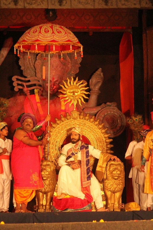 Fig. 4: Shivaji on the throne after coronation with the large- than-life statue of Goddess Bhavani hovering above throughout the play (Photo courtesy: Aishwarya Walvekar)