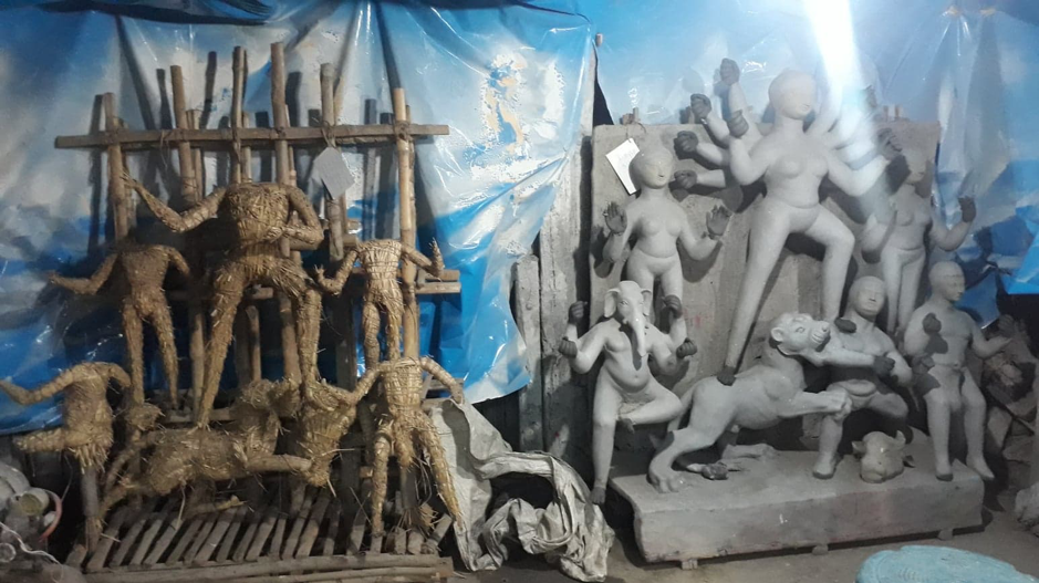 Two stages of idol making. Left: Kathamo wrapped with straw; right: The straw structure covered with mud. (Courtesy: Aaheli Sen)