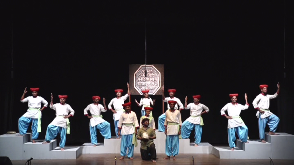 Fig. 4: A performance in Shivaji Underground in Bhimnagar Mohalla, where the Yama offers the turban to the audience and the chorus sings in the powada style (Courtesy: Aishwarya Walvekar)