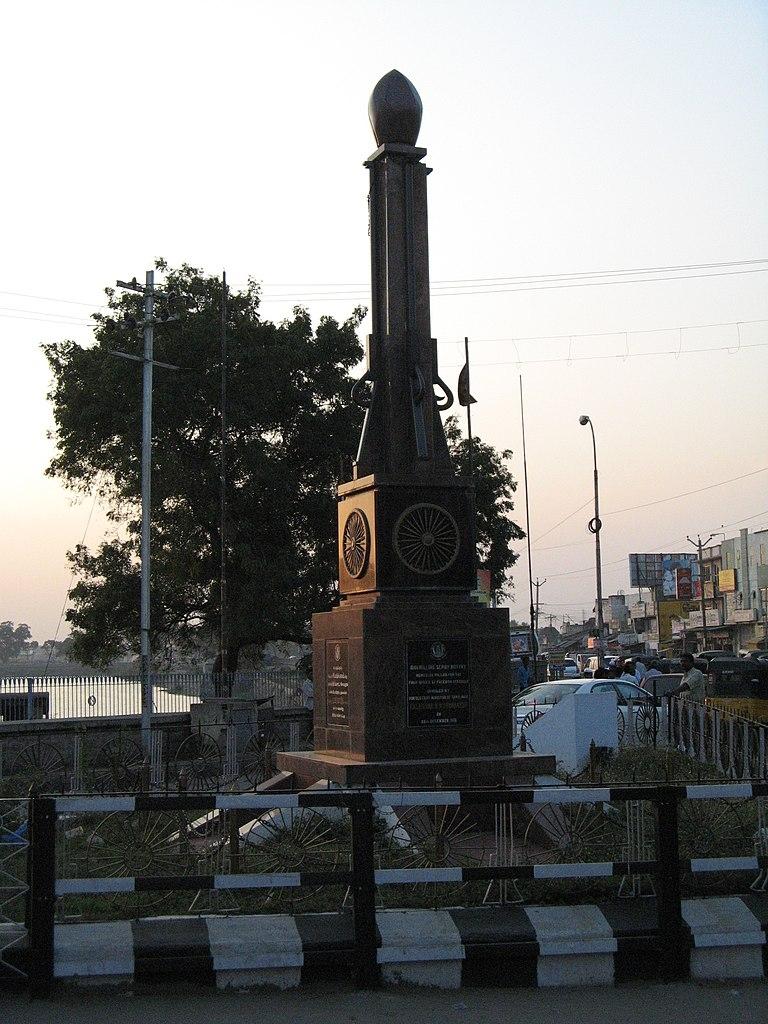 Pillar at Hazrath Makkaan Junction commemorating the Vellore sepoy Mutiny, Courtesy: Wikimedia Commons