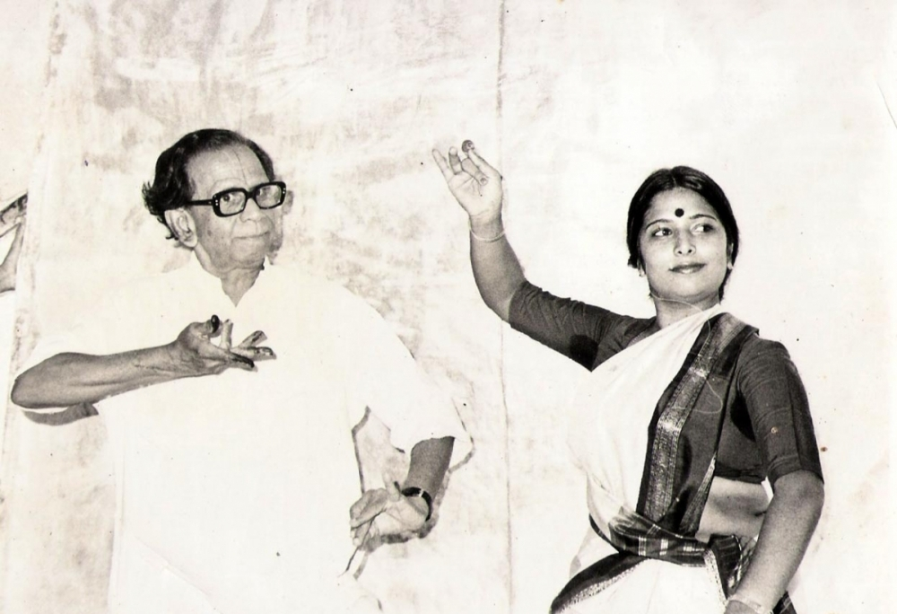 Fig. 5 Guru C.R Acharyulu is known for having composed numerous solo performances in Kuchipudi. The image shows Veena Murthy Vijay (R) with Guru C.R Acharyulu (L).