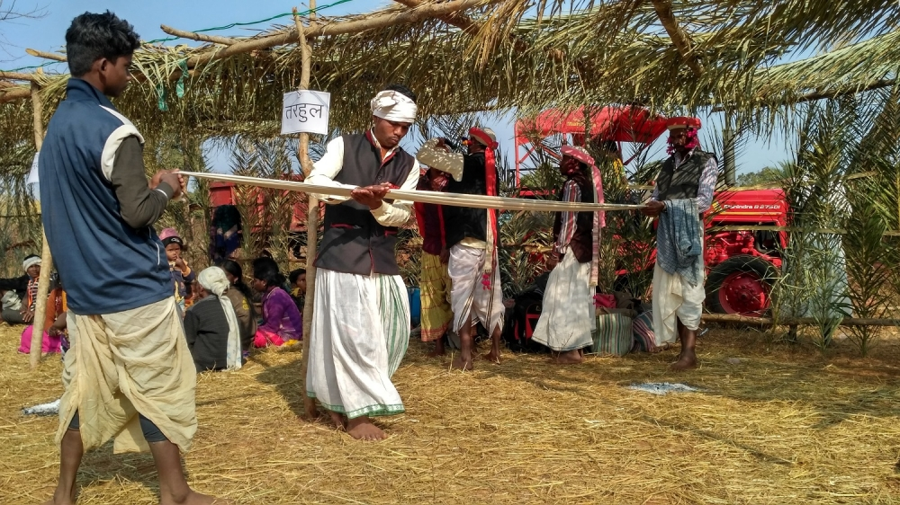 Preparing turban for the Vhelik before Kolang